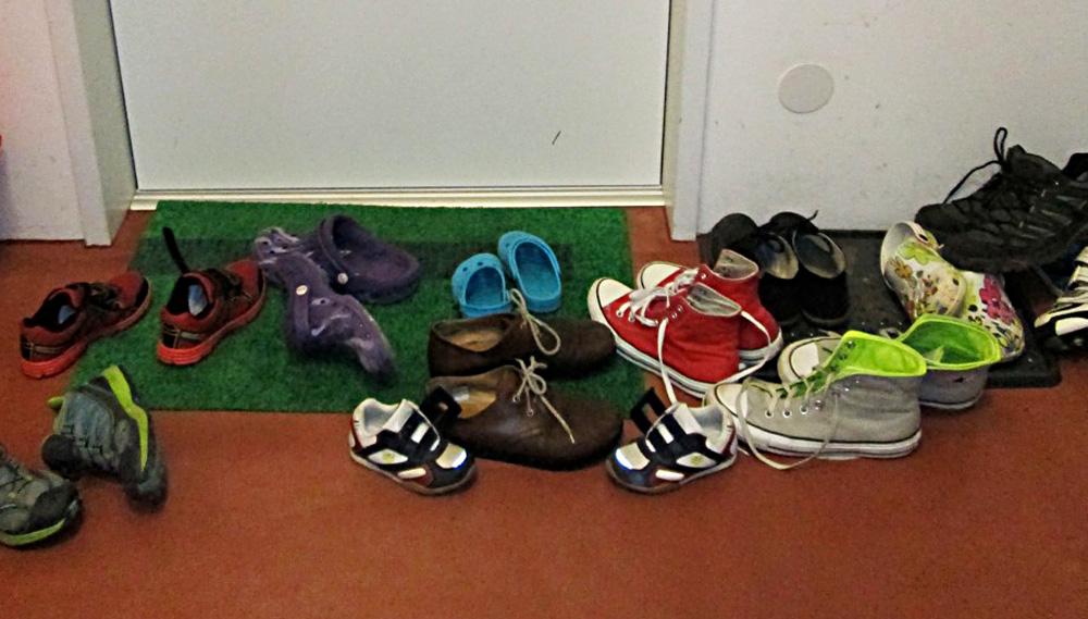 Gemeinschaftliches Wohnen –Schuhe vor der Tür